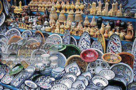 Poterie à vendre à stalle du marché local dans la ville de Kairouan, Tunisie