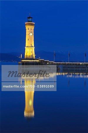 Phare à l'entrée du port au crépuscule, Lindau, Bavière, Allemagne