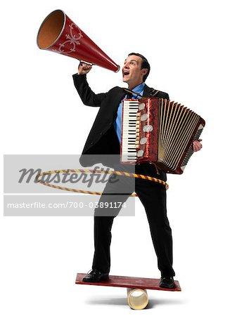 Homme d'affaires à bord Rocker jouer accordéon, à l'aide de Hula Hoop et crier au mégaphone