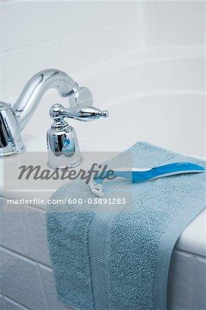 Rasiermesser und Wash Tuch am Rand der Wanne