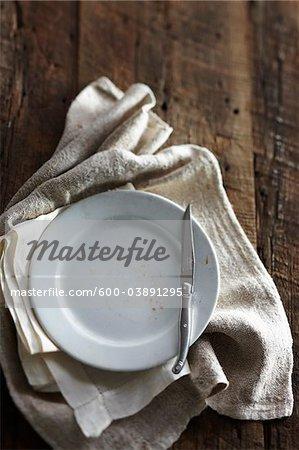 Antikes Messer, Teller und Stoffservietten