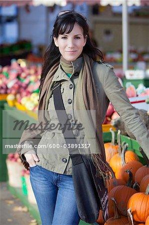 Femme devant un marché en plein air, Montréal, Québec, Canada