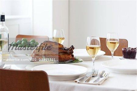 Geröstete Türkei Abendessen mit Soße, Rosenkohl und Preiselbeersauce