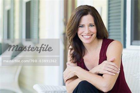 Porträt der Frau auf Veranda