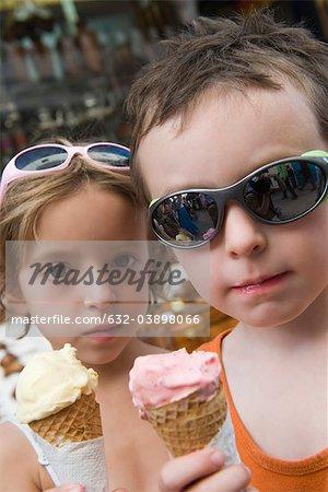 Jeunes frères et sœurs, mangeant des cornets de crème glacée