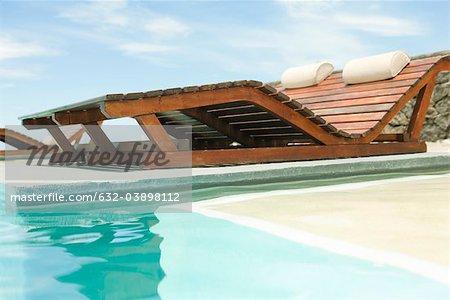 Holz Lounge Sessel mit Blick auf den Swimmingpool ...