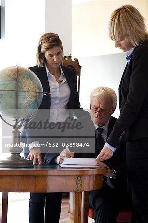 Signer des documents, les collègues de son équipe de direction