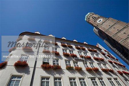 Magasin de Hirmer et la Frauenkirche tour de l'horloge, Munich, Allemagne