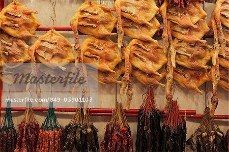 Canard séché et saucisses suspendus dans un marché