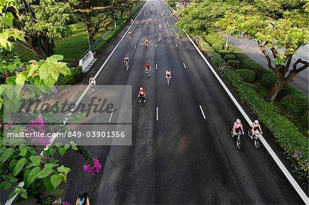 Vue de dessus de personnes circonscription vélos lors d'une course de vélo