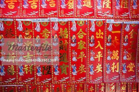 Affichage rue de stalle de bonne chance bannières, Chinatown, Bangkok, Thaïlande