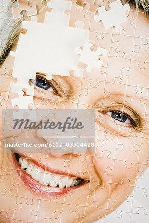 Ein Puzzle mit dem Bild einer Frau.