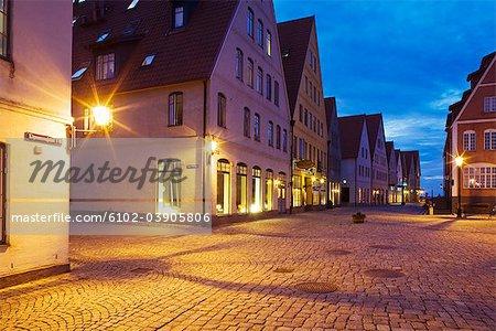 Une petite ville dans la soirée, Suède.