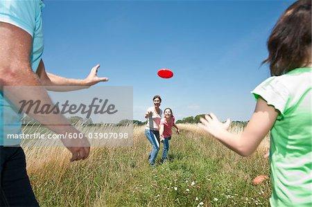 Familie, spielen Frisbee, Mannheim, Baden-Württemberg, Deutschland