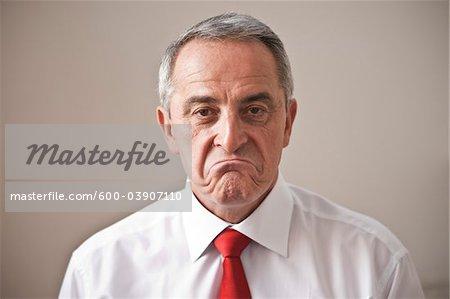 Close-up Portrait d'homme fronce les sourcils