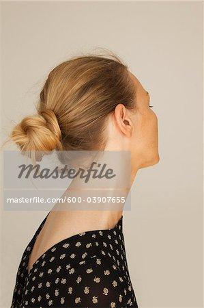 Frau mit Haaren in Bun