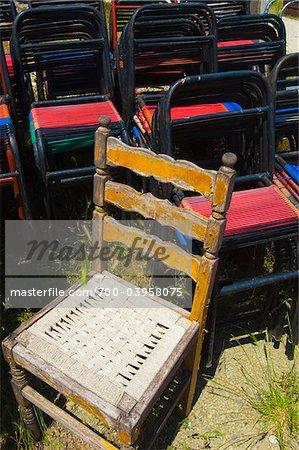 Chaises empilées au café en plein air, près d'Épire, Grèce