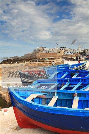 Blaue Fischerboote an Land, Essaouira, Marokko