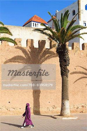 Frau Walking von Stadtmauern der Altstadt von Essaouira, Marokko