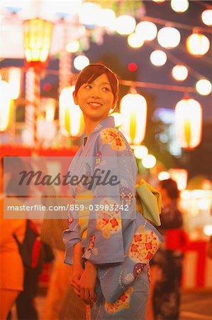 Femme portant le Yukata appréciant Matsuri Festival