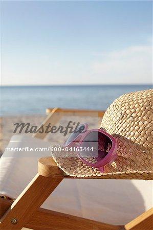Chapeau de paille, lunettes de soleil et chaise de plage, Boltenhagen, mer Baltique, Allemagne