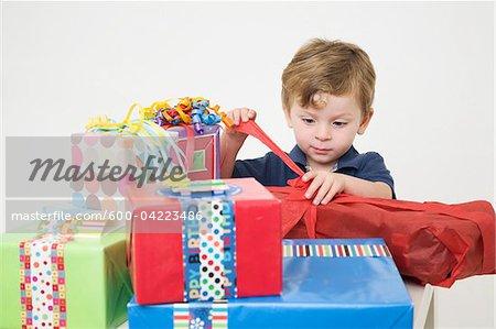 Young Boy Eröffnung Geburtstag präsentiert