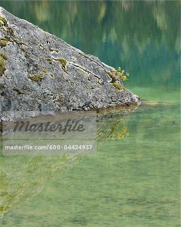 Rock en lac Hintersee, Parc National de Berchtesgaden, en Bavière, Allemagne