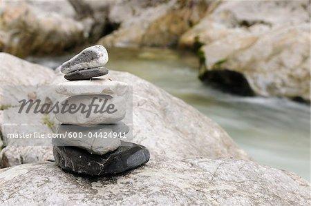 Pierres empilées près de cours d'eau, Zauberwald, Parc National de Berchtesgaden, en Bavière, Allemagne