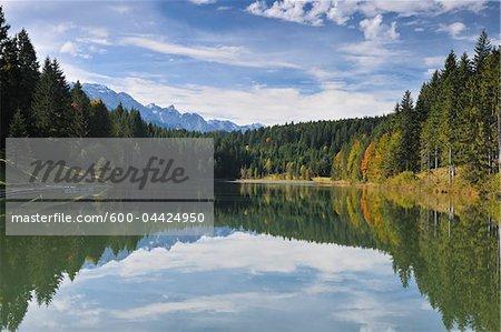 Forêts et nuages reflétées dans le lac, Grubsee, Fabrice, Haute-Bavière, Bavière, Allemagne
