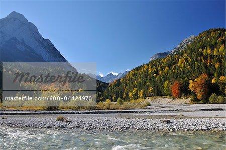 Lit de la rivière et les montagnes en automne, Rissbach, Hinterriss, Karwendel, Tyrol, Autriche