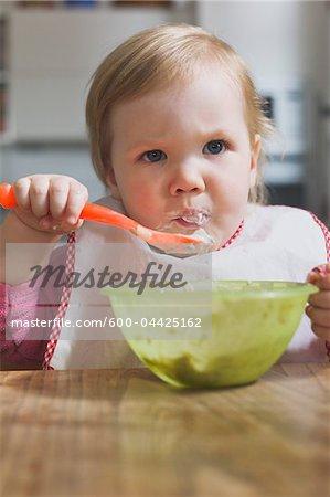 Baby-Mädchen aus Schale essen