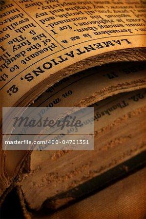 Gros plan du vieux livre de Sainte-bible