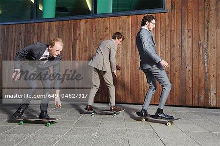 Geschäftsleute Skateboards Reiten
