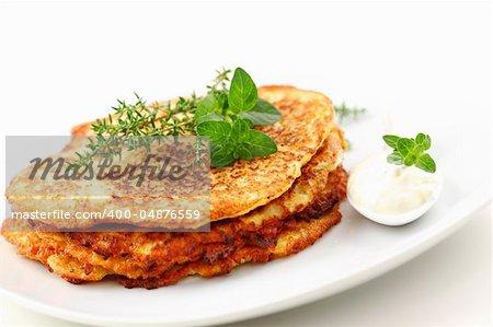 Crêpes délicieuses pommes de terre avec fromage blanc et aux herbes