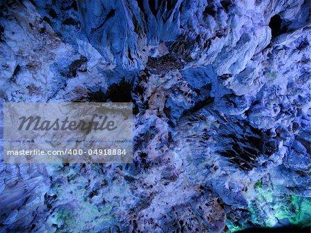 Belles stalactites dans la grotte Yinziyan, Yangshuo, Guilin, Chine