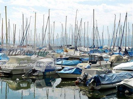 Bateaux au port de plaisance sur le lac de Neuchâtel, Estavayer-le-Lac, Suisse