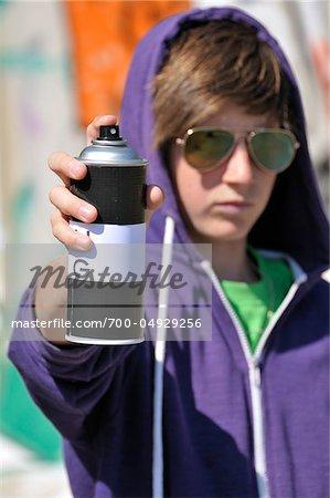 Teenage Boy avec canette de peinture en aérosol