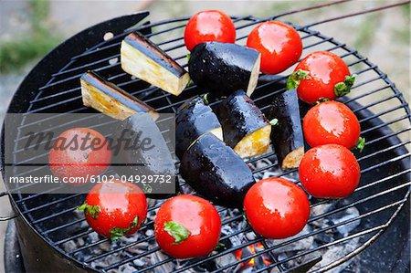 Aubergines et tomates sur la grille