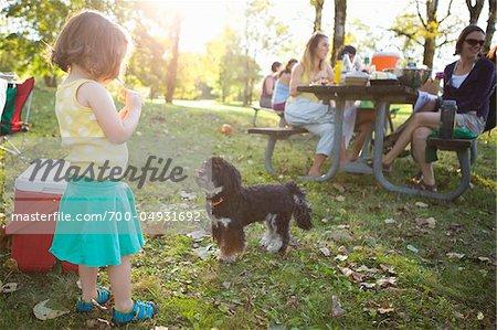 Petite fille et le chien au pique-nique