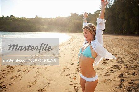 Femme sur la plage, rive-nord, Kauai, Hawaii, USA