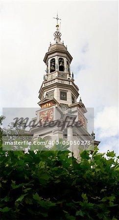 Vue ensoleillée du clocher de l'ancienne église de Amsterdam, Hollande