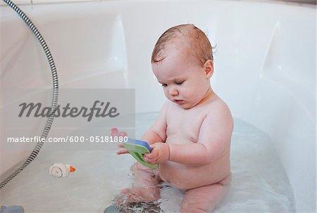 Baby-Mädchen in Badewanne