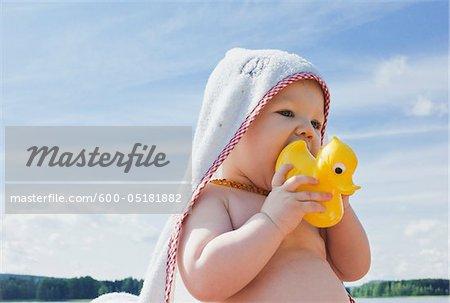 Baby-Mädchen mit Gummi-Ente