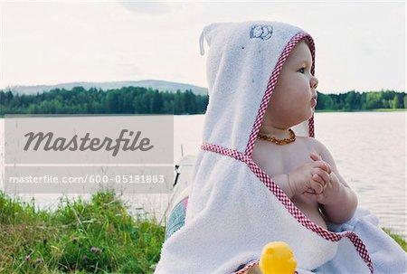 Babymädchen Handtuch am See