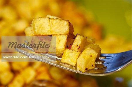 pommes de terre frites en petits cubes sur une fourche