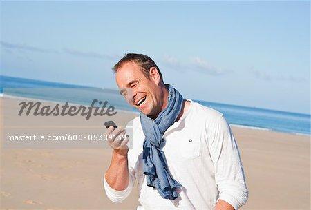 Homme sur la plage, Camaret-sur-Mer, Finistere, Bretagne, France
