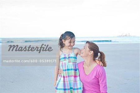 Mutter und Tochter am Strand, Camaret-Sur-Mer, Finistere, Bretagne, Frankreich