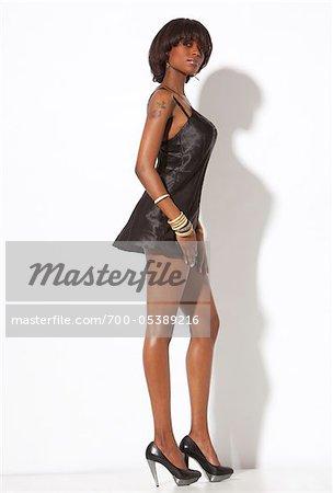 Frau trägt Dessous und High Heels