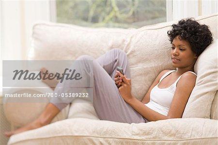 Frau mit Handy zu Hause