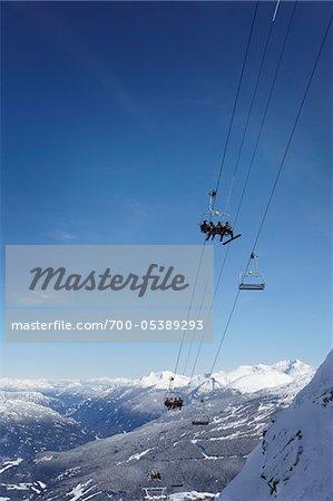 Skieurs sur les remontées mécaniques, montagne de Whistler, Whistler, Colombie-Britannique, Canada
